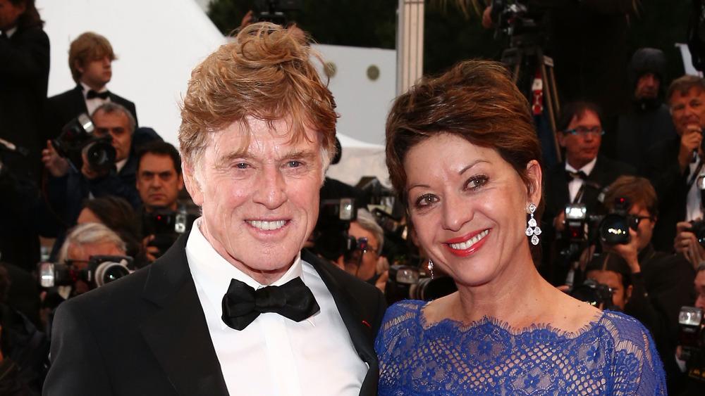 Robert Redford y Sibylle Szaggars sonriendo