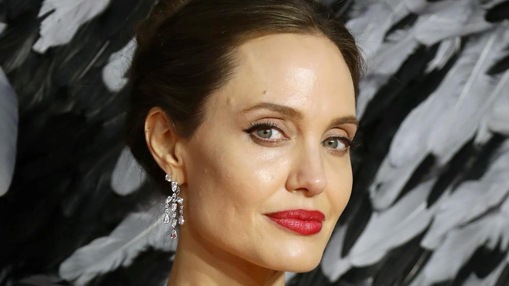 Angelina Jolie posando en un evento de alfombra roja