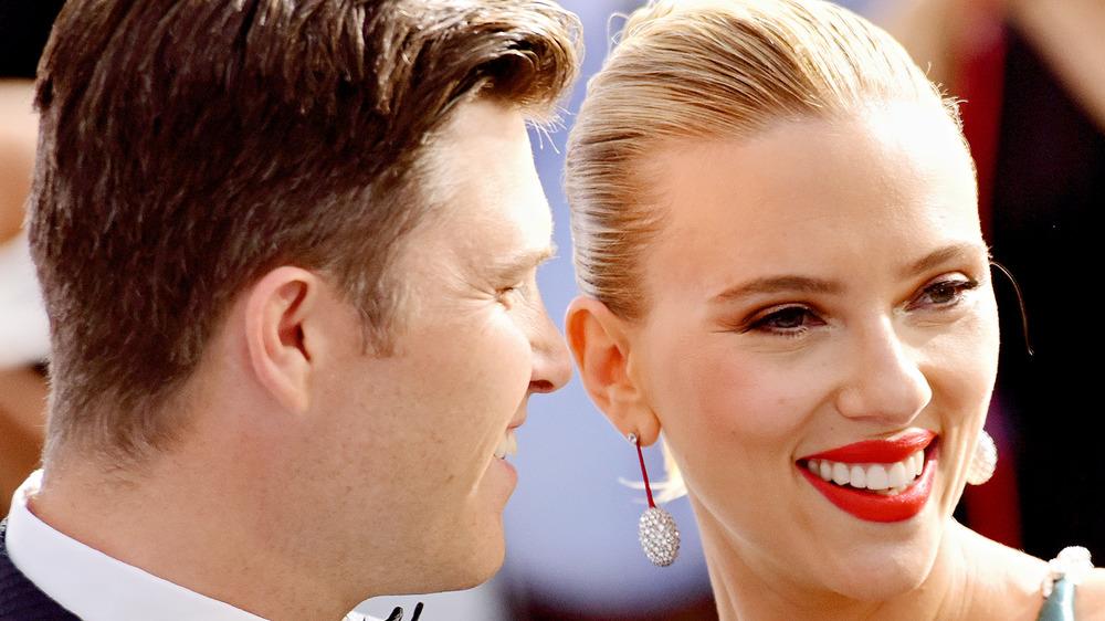 Colin Jost y Scarlett Johansson posando juntos