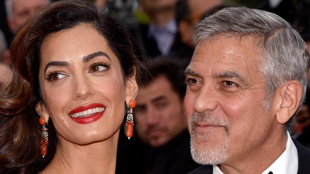 George y Amal Clooney sonriendo