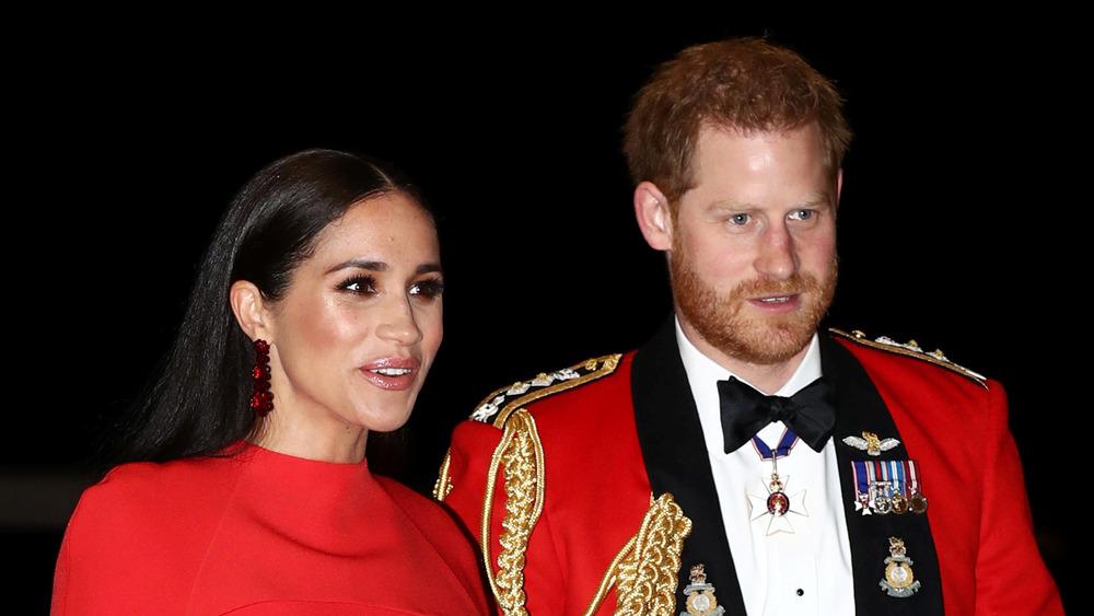 El príncipe Harry y Meghan Markle de rojo