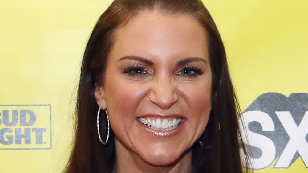 Stephanie McMahon sonriendo