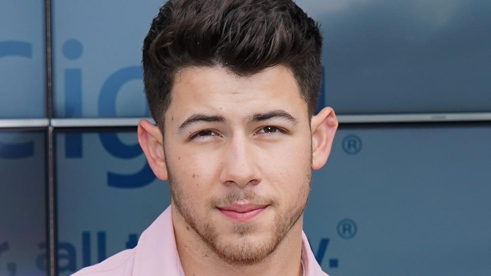 Nick Jonas posando en la alfombra roja