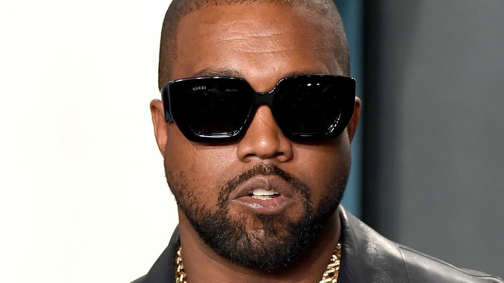Kanye West con gafas de sol