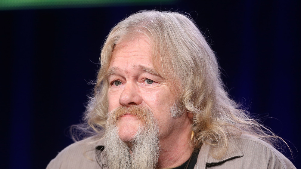 Billy Brown luce un bigote largo