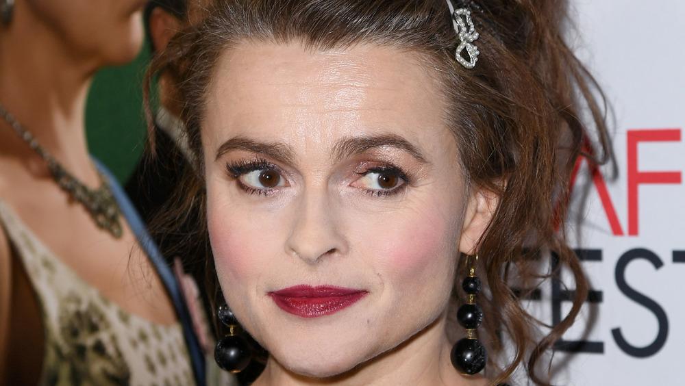 Helena Bonham Carter mirando hacia un lado