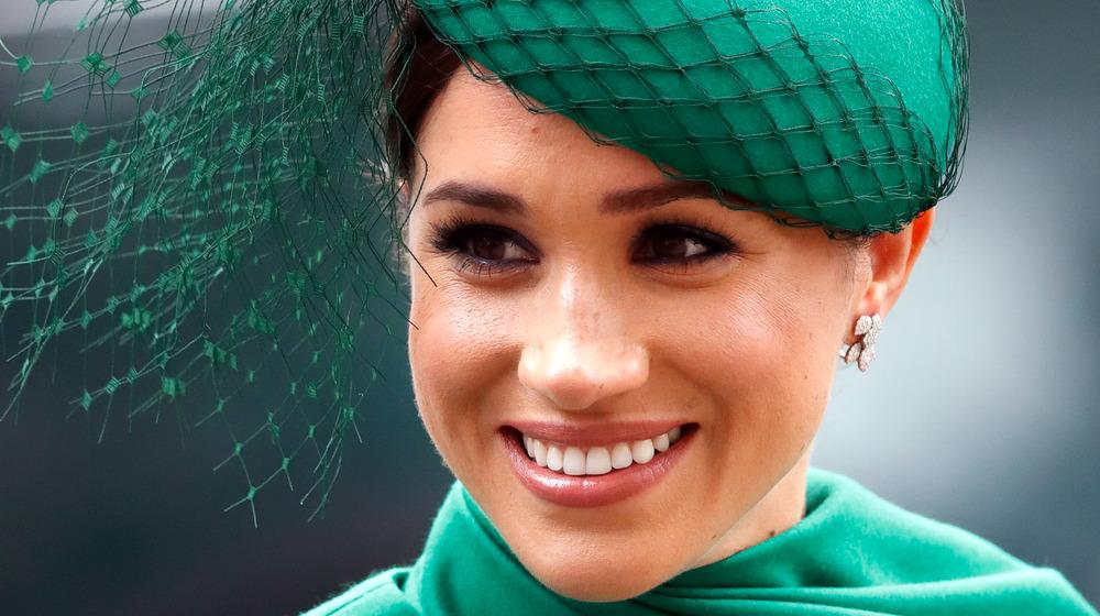 La duquesa Meghan Markle sonríe con un sombrero verde