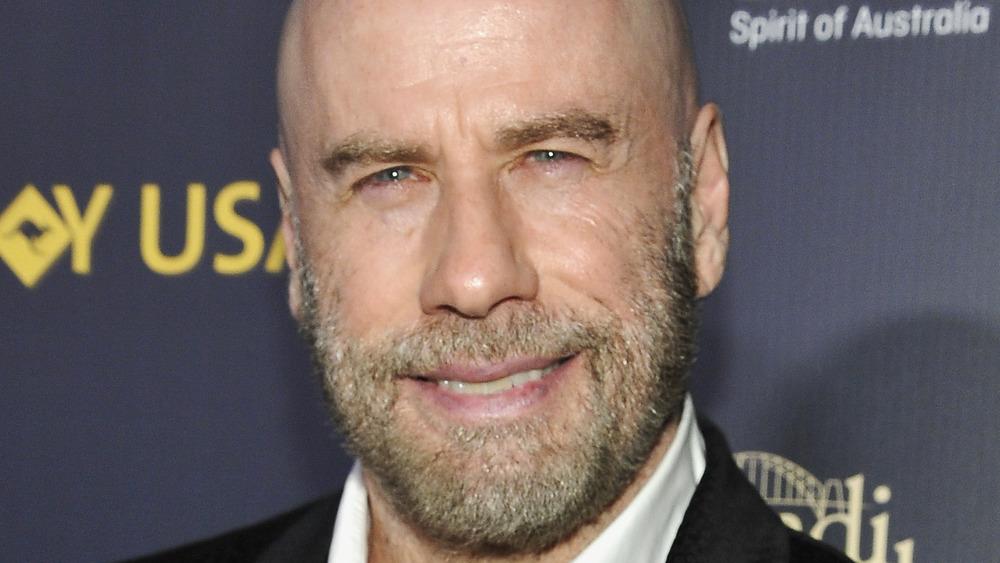 John Travolta sonriendo