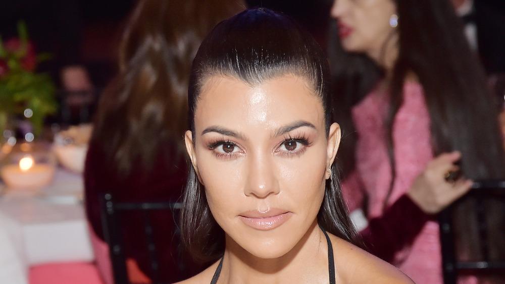 Kourtney Kardashian posando en un evento