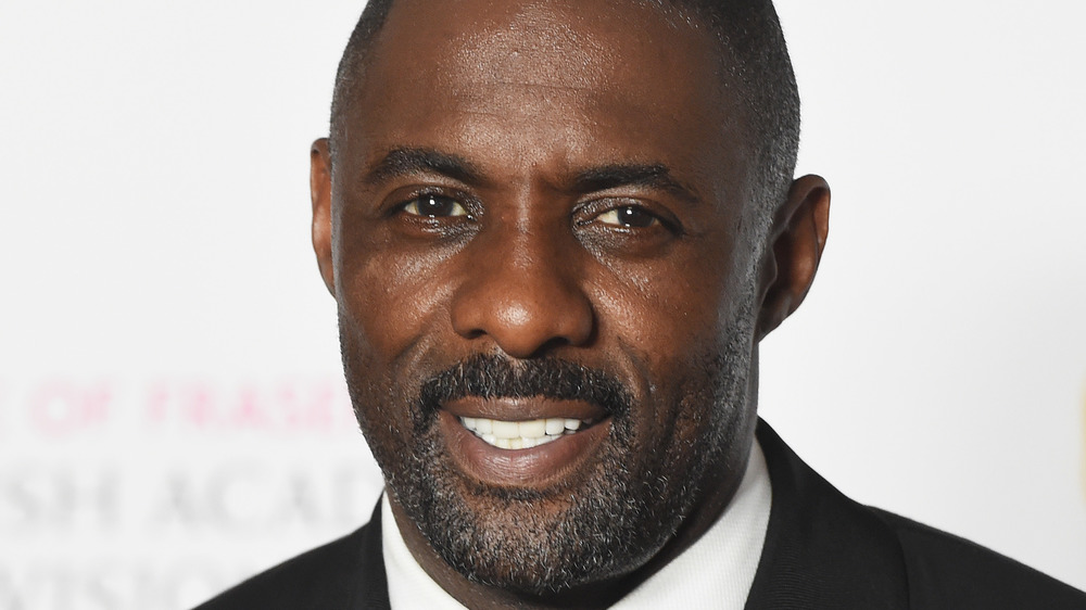 Idris Elba sonriendo