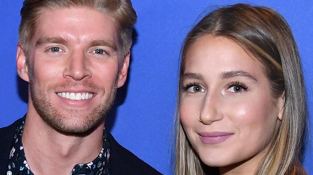 Kyle Cooke y Amanda Batula de Summer House sonriendo