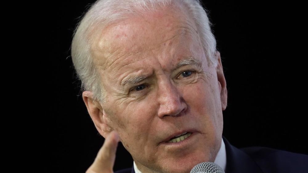 Joe Biden señalando mientras habla