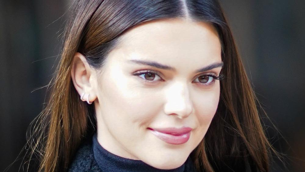 Kendall Jenner sonríe mientras sale en público