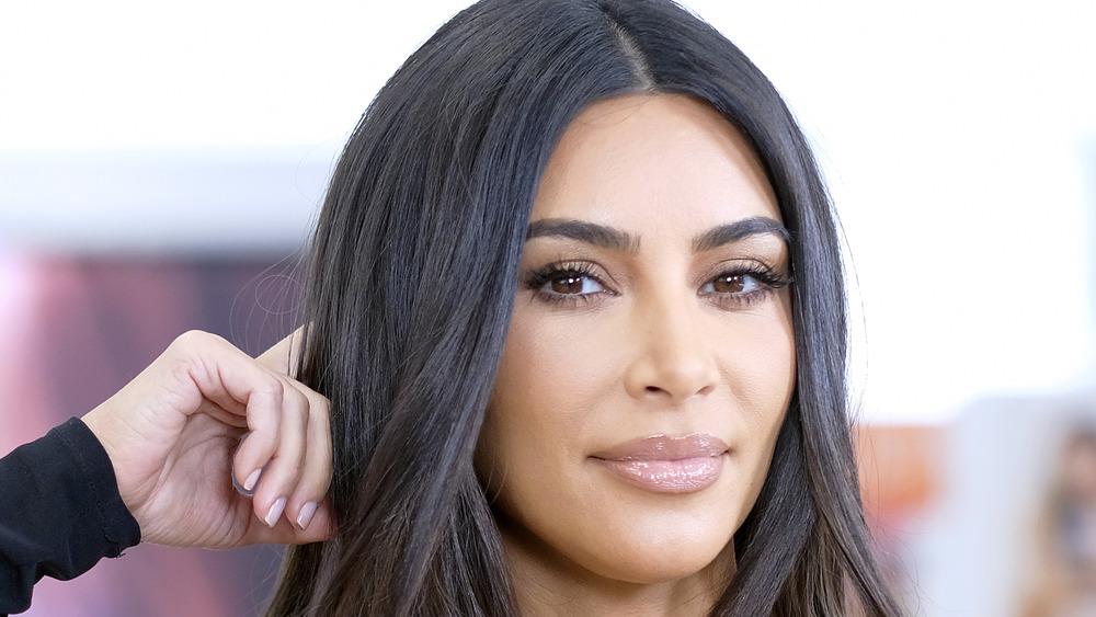 Kim Kardashian posando en un evento de KKW