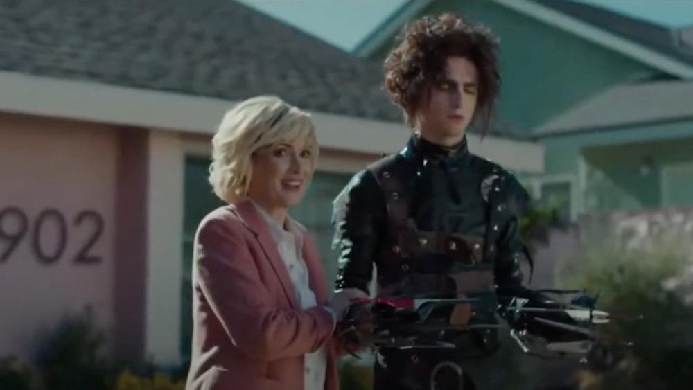 Winona Ryder y Timothee Chalamet en un cadillac
