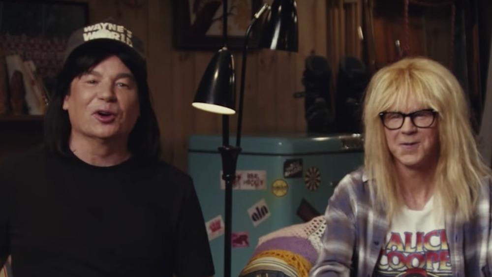 Mike Myers y Dana Carvey hablando a la cámara
