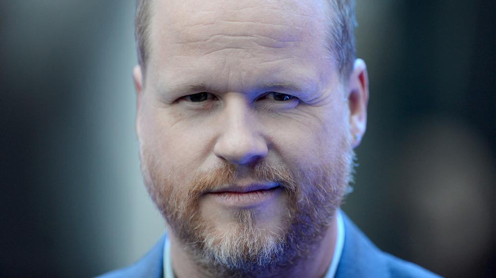 Joss Whedon sonriendo