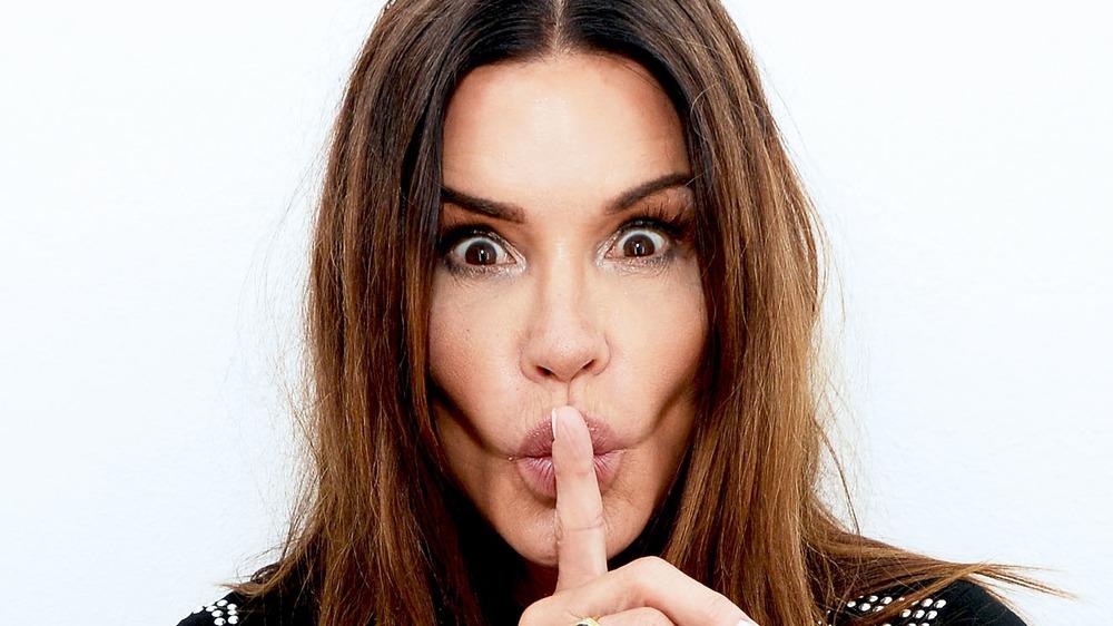 """Postura de """"shh"""" de Janice Dickinson"""