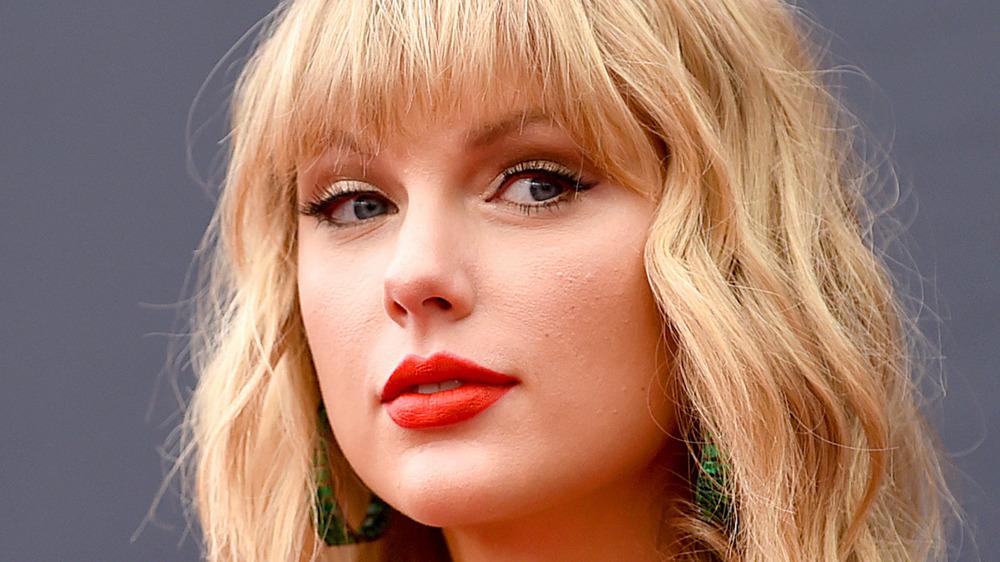 Taylor Swift con una expresión segura