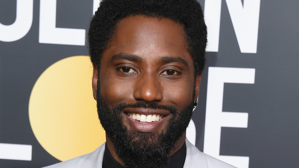 John David Washington sonriendo