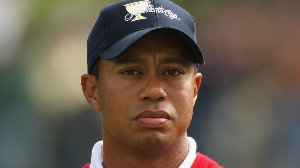Tiger Woods mirando al campo de golf