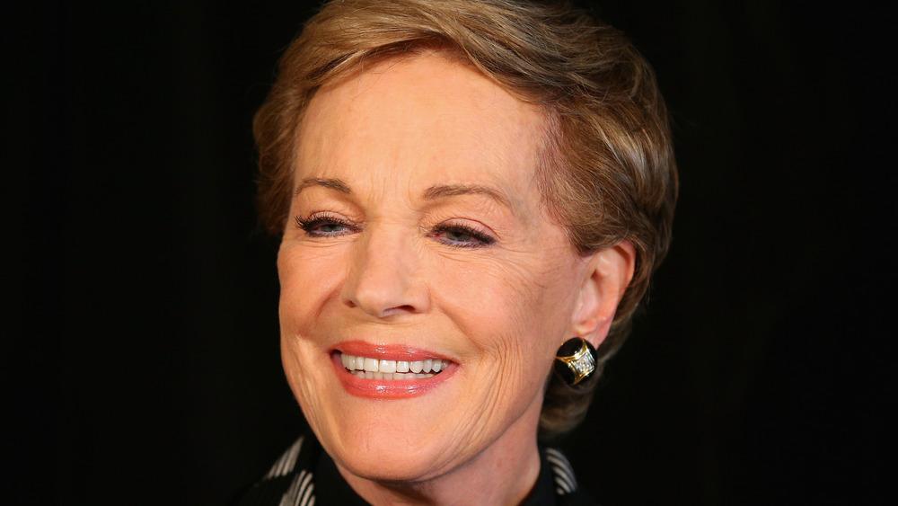 Julie Andrews sonríe para la cámara en un evento