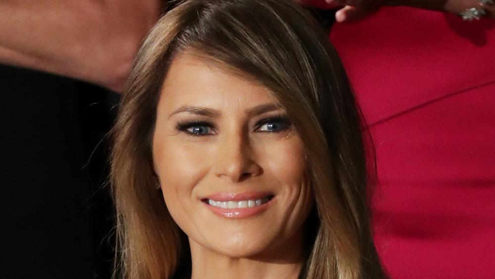 Melania Trump sonriendo mientras está en el Congreso, febrero de 2017