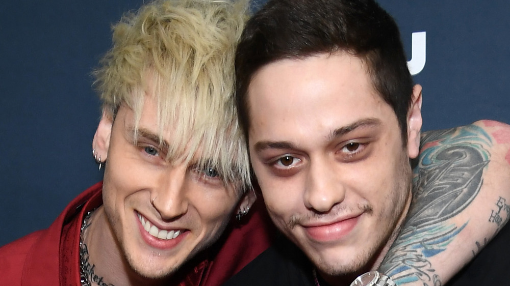 Machine Gun Kelly y Pete Davidson sonriendo