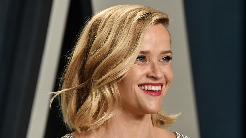 Reese Witherspoon sonriendo en un evento