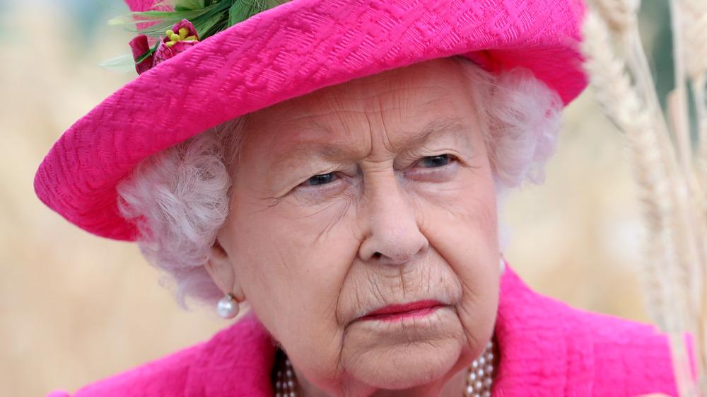 La Reina frunciendo el ceño ante un evento real
