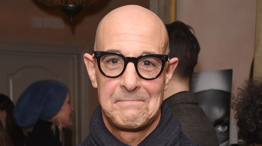 Stanley Tucci con gafas negras