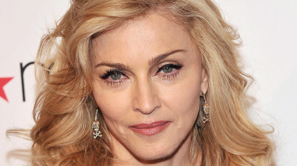 Madonna sonriendo un poco