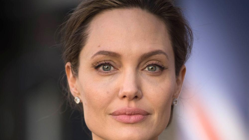 Angelina Jolie mirando