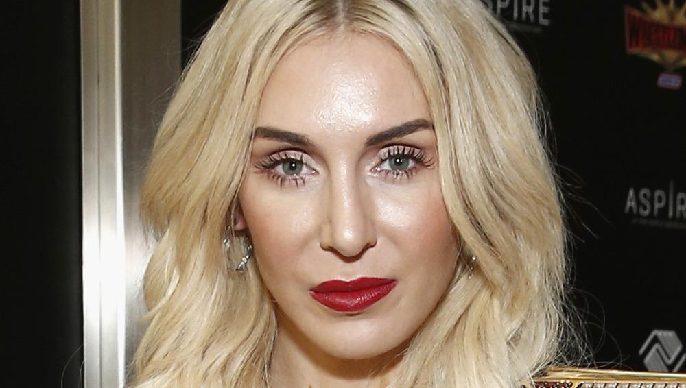 Lápiz labial rojo deportivo Charlotte Flair