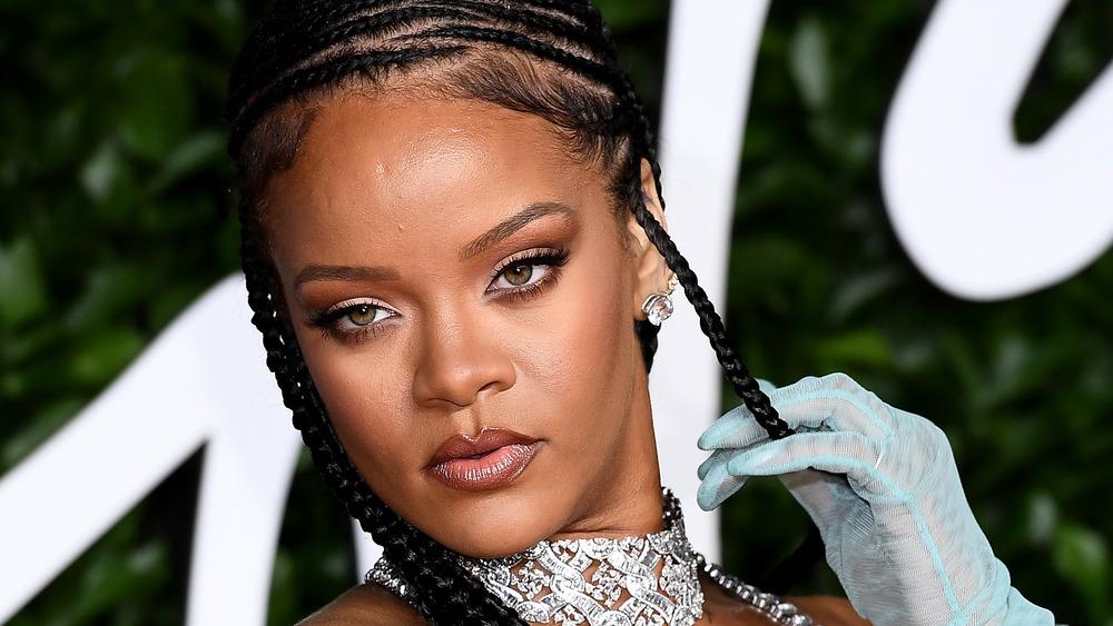 Rihanna posando en la alfombra roja