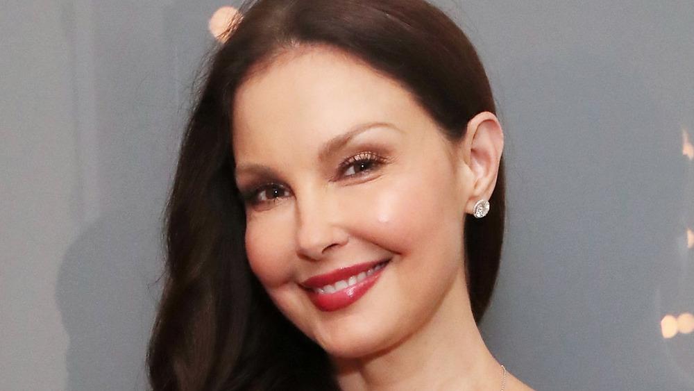 Ashley Judd posando en un evento