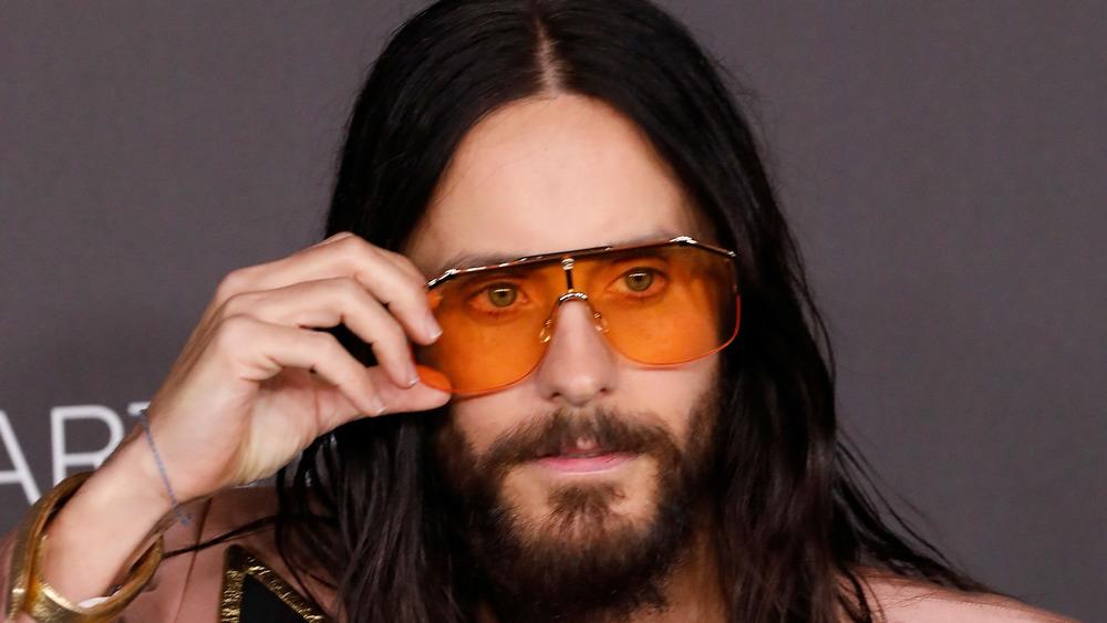 Jared Leto ajusta las gafas de sol