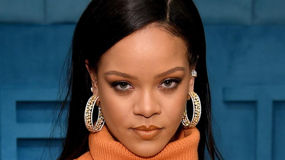 Rihanna mirando a la cámara