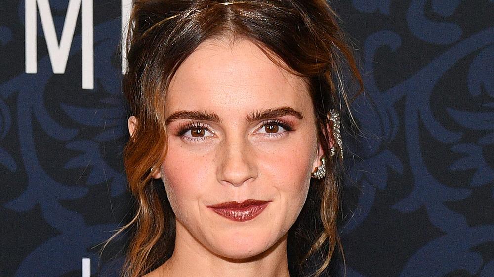 Emma Watson sonriendo en la alfombra roja
