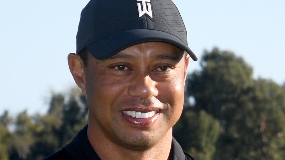Tiger Woods con gorra de marca