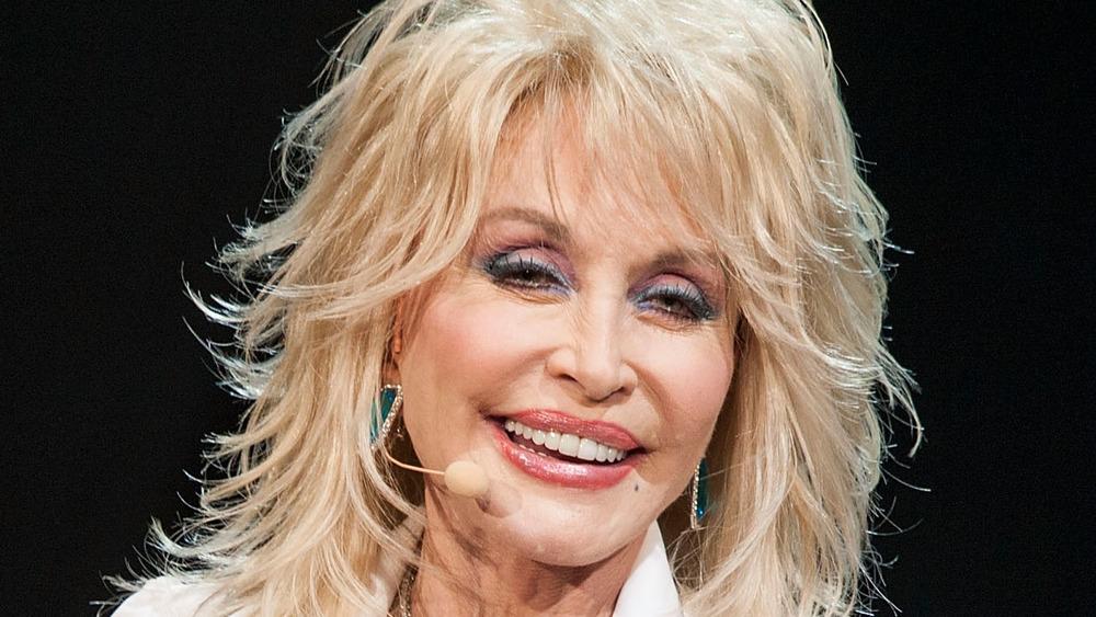 Dolly Parton actuando en el escenario