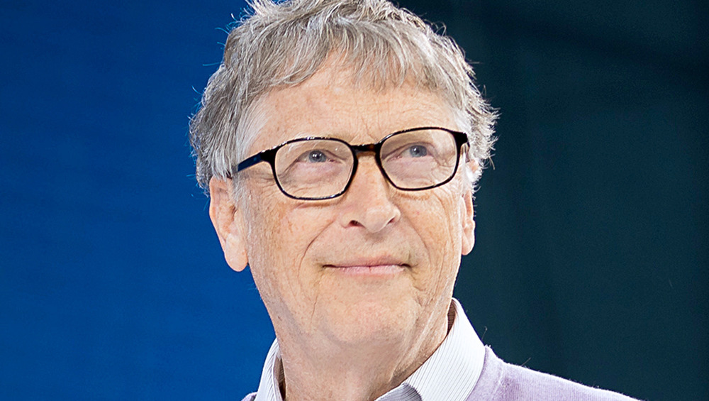 Bill Gates usa anteojos en un evento de 2019