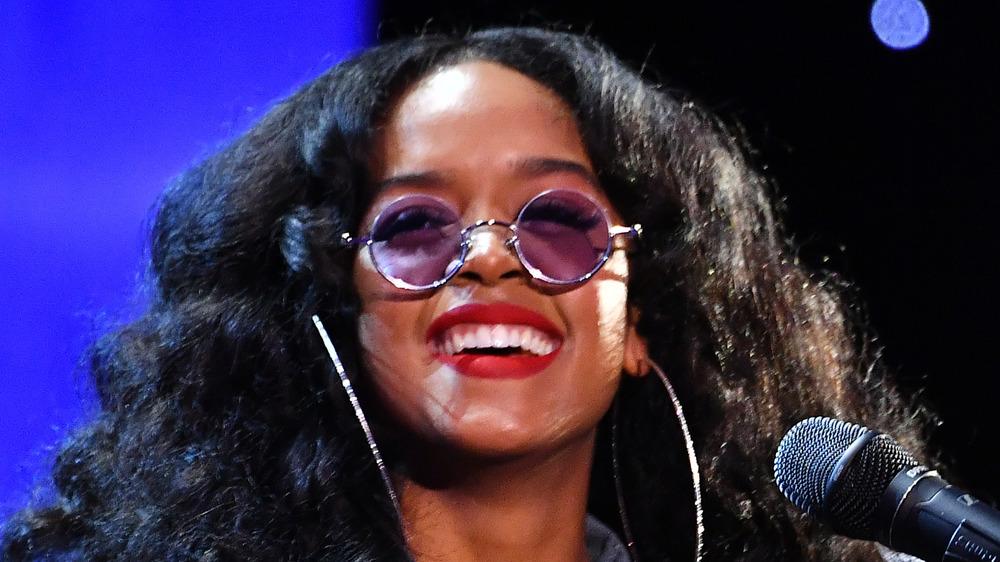 ELLA actúa durante los NAACP Image Awards
