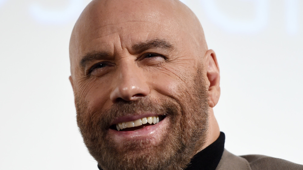 John Travolta sonríe para la cámara