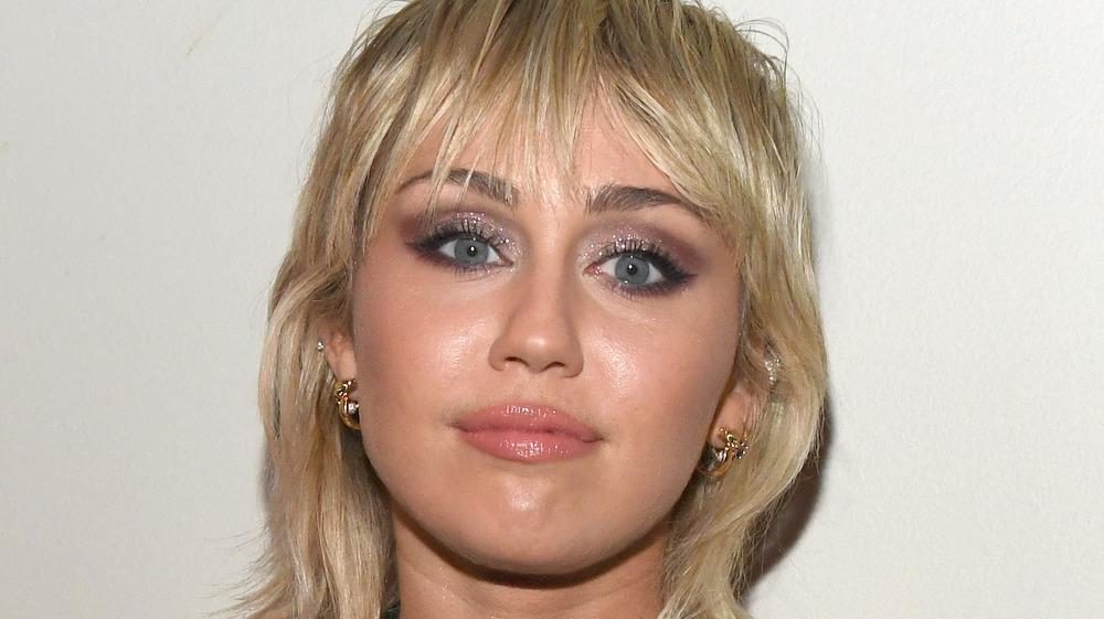 Miley Cyrus con expresión neutra