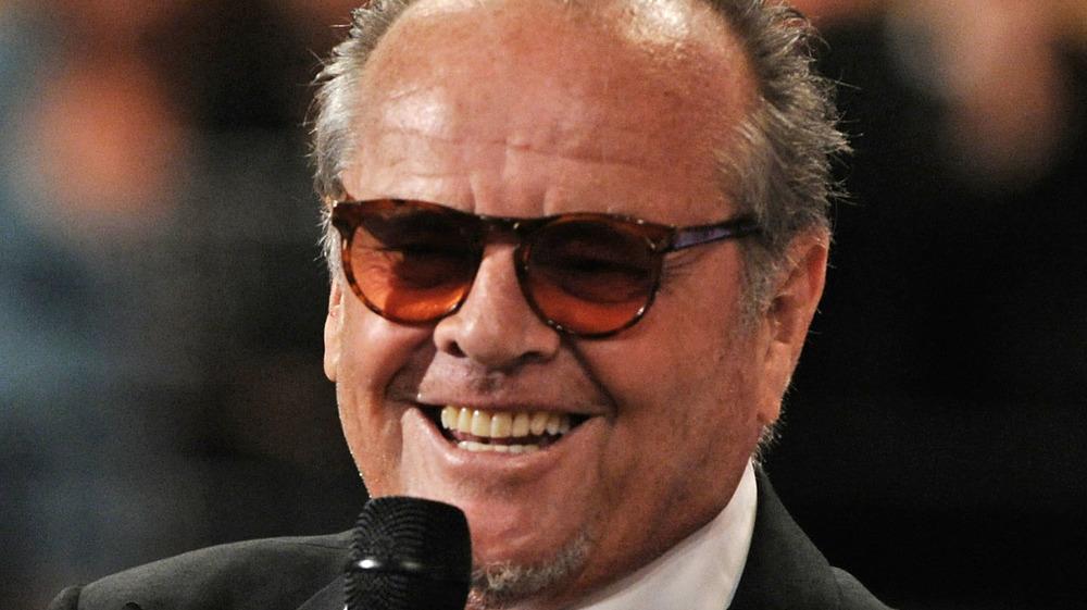 Jack Nicholson con micrófono en mano