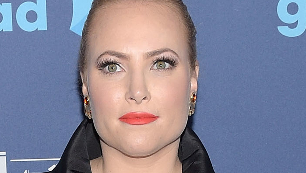Meghan McCain usa lápiz labial brillante