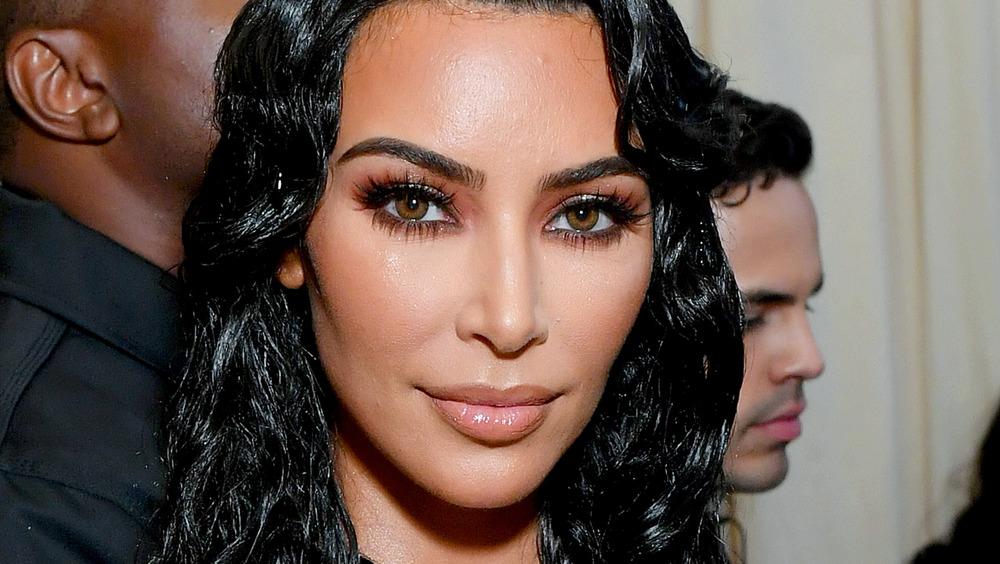 Kim Kardashian posando