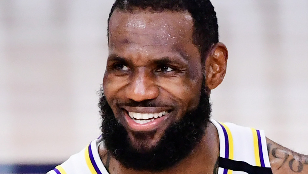LeBron James en la cancha de baloncesto