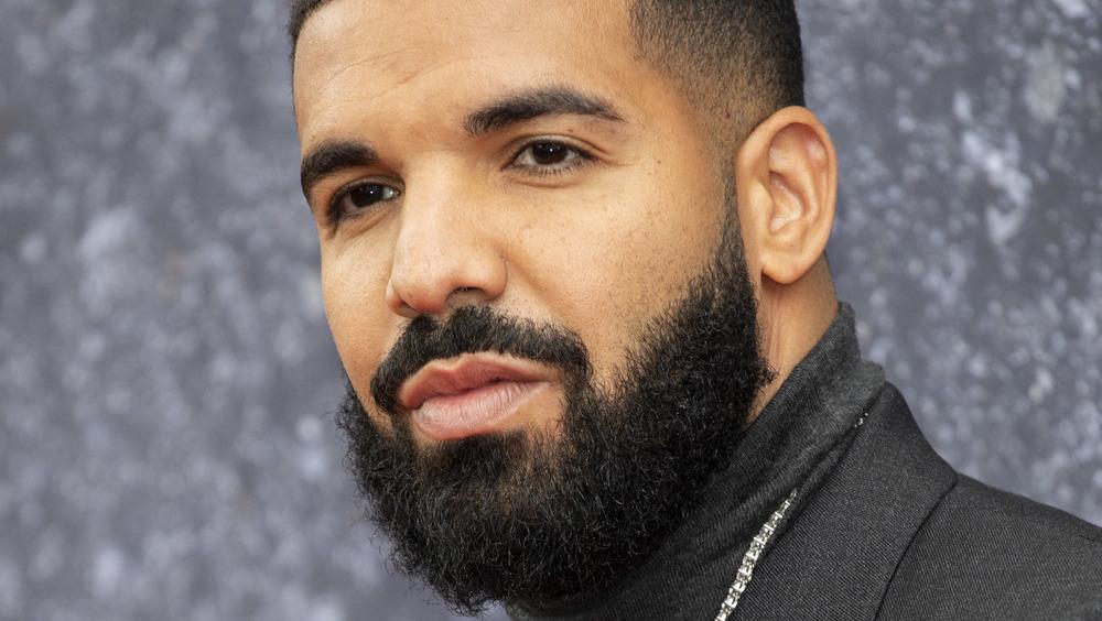 Drake posando en la alfombra roja